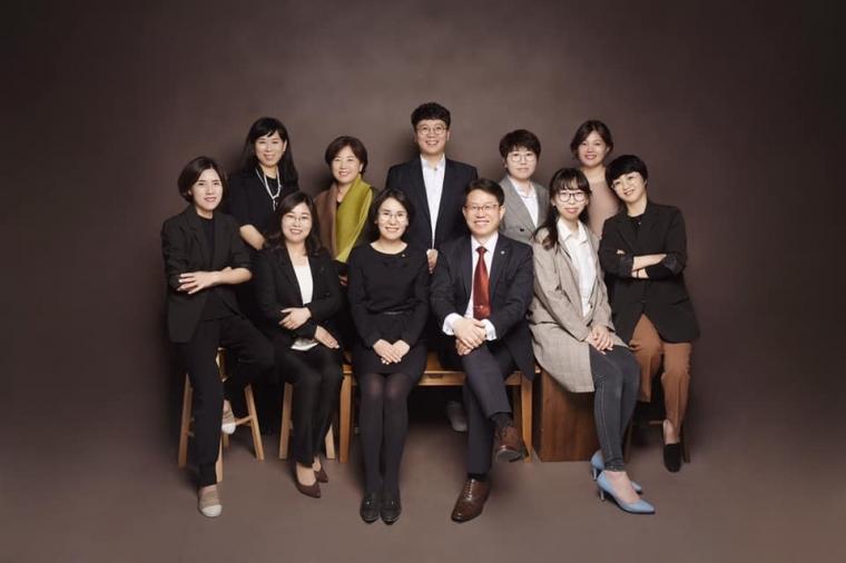 2019년 직원단체사진(사진관).jpg
